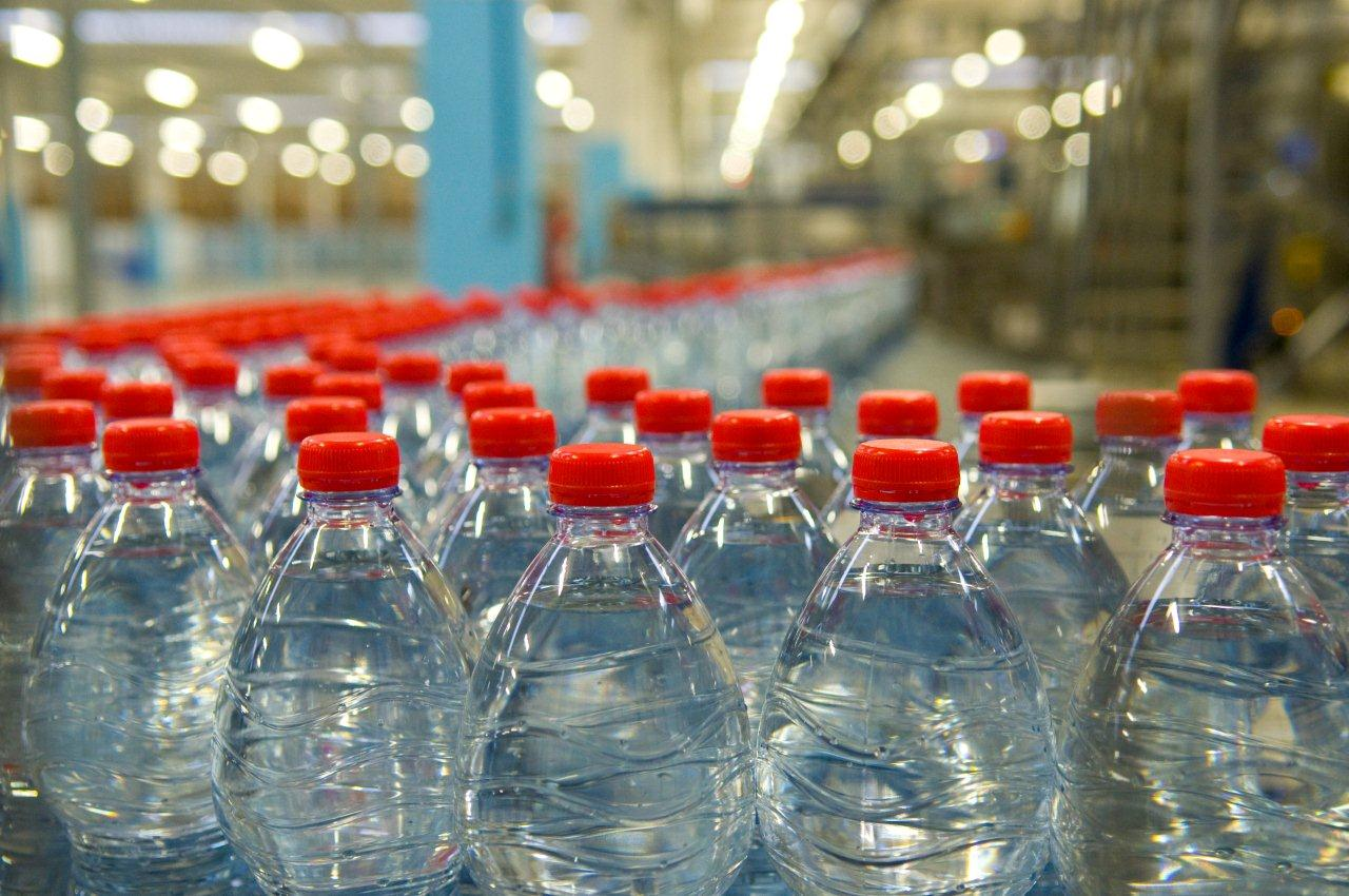 Acqua in bottiglia attento a quello che bevi progetto for Serbatoio di acqua calda in plastica